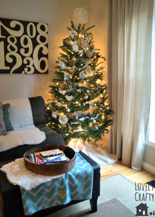 black-white-and-gold-christmas-tree