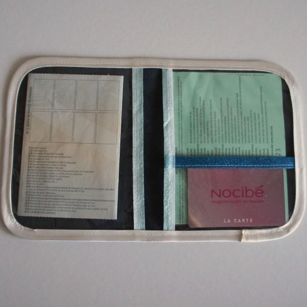 Intérieur du porte papiers de voiture