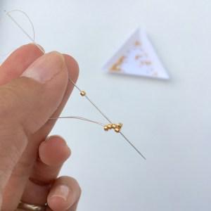 Tuto peyote impaire - Enfiler la dernière perle de la 3ème rangée, et repasser dans la perle de la 2ème rangée, ainsi que la 2ème perle de la 1ère rangée.