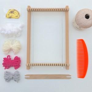 Matériel de tissage : Métier à tisser (avec sa navette et le peigne), fil de coton fin pour la trame, restes de pelotes, rubans, ...