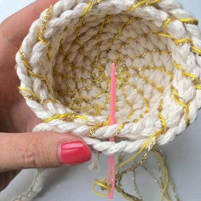 tuto panier - pour fixer l'extrémité, si vous le pouvez, passez l'aiguille dans la corde.
