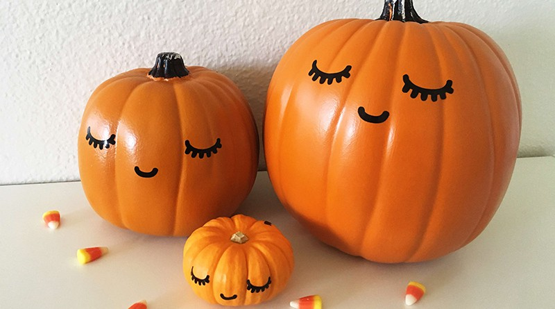 Free SVG file to easily DIY this no carve Kawaii Pumpkin for Halloween: No carve pumpkin, no paint, no mess! Use vinyl adhesive paper to create cute pumpkin decals #halloween #kawaii #home #homedecor #pumpkin #nocarvepumpkin #DIY #SVG #cutfile #vinyl #decal #lovelyplanner