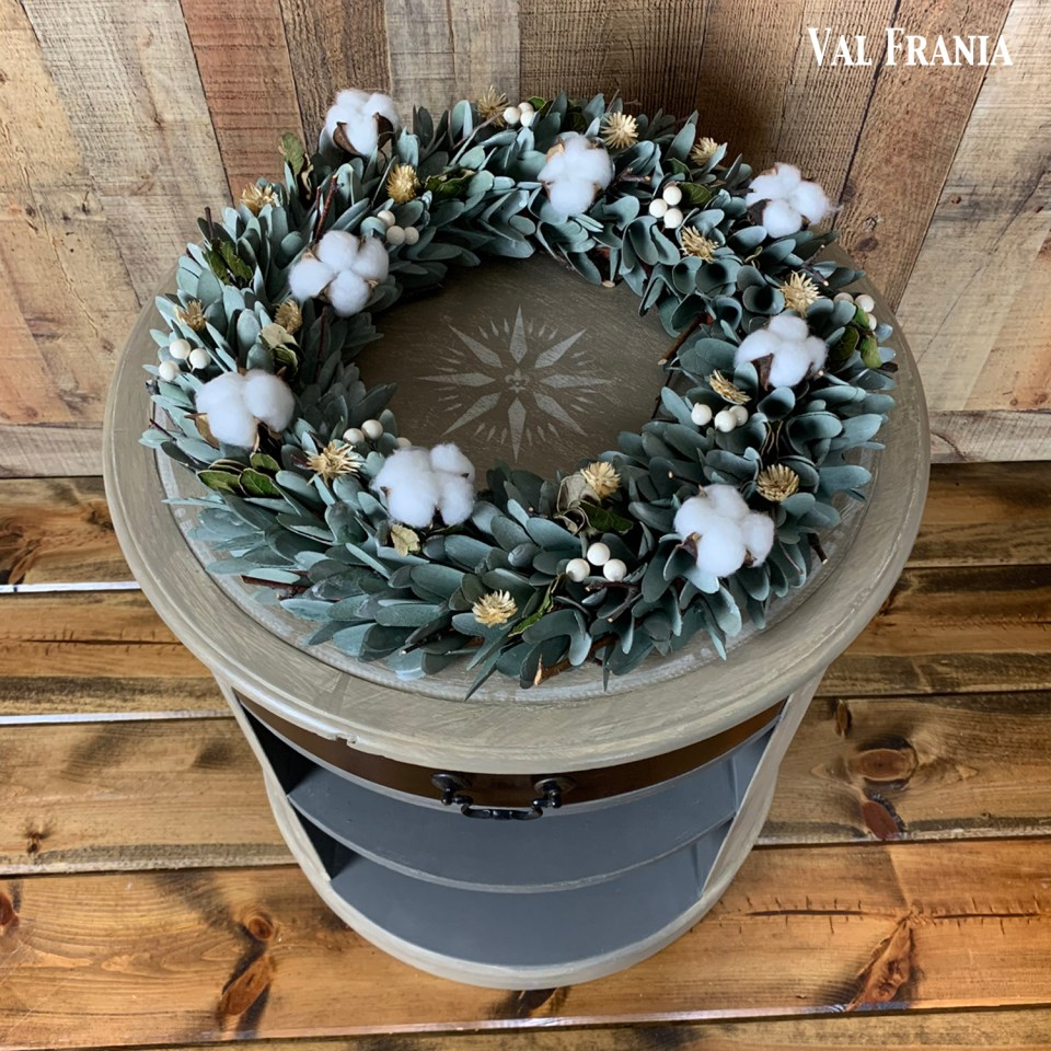 Jillian's blk end table top w wreath