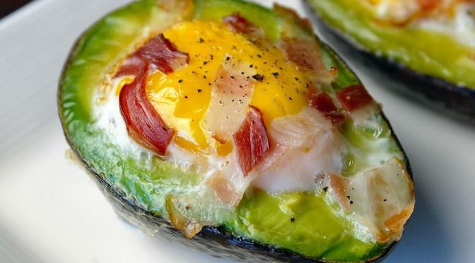 Lekker ontbijtje: avocado met ei uit de oven