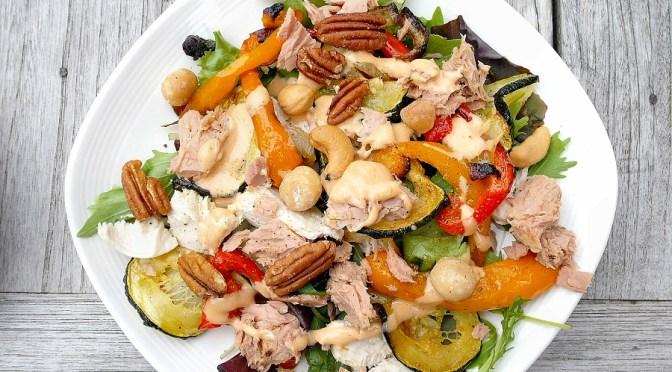 Salade met gegrilde groenten, kip en tonijn