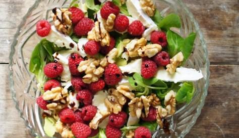 salade_zomers_fruit_framboos_brie_walnoten_veldsla_avocado-