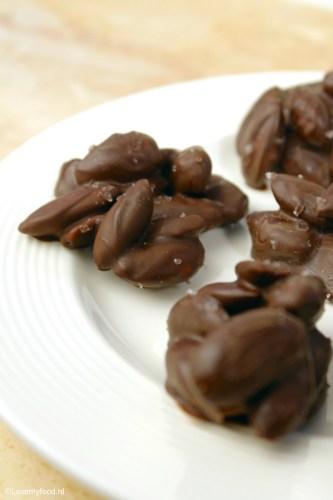 chocolade snacks met amandelen en zeezout