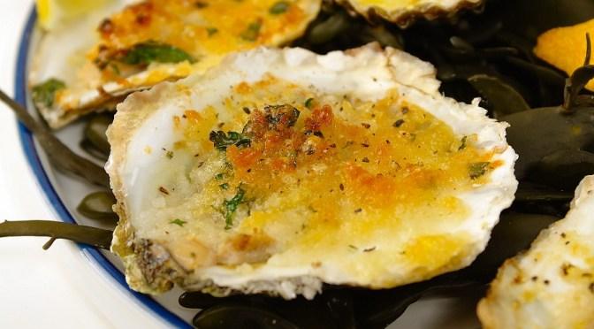 Gegratineerde oesters met knoflookboter en Parmezaan