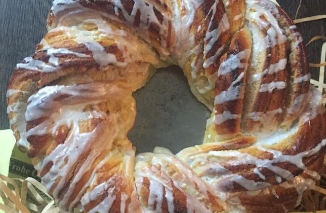 Osterkranz, oder ein Hefekranz mit Marzipan – Mandel – Füllung