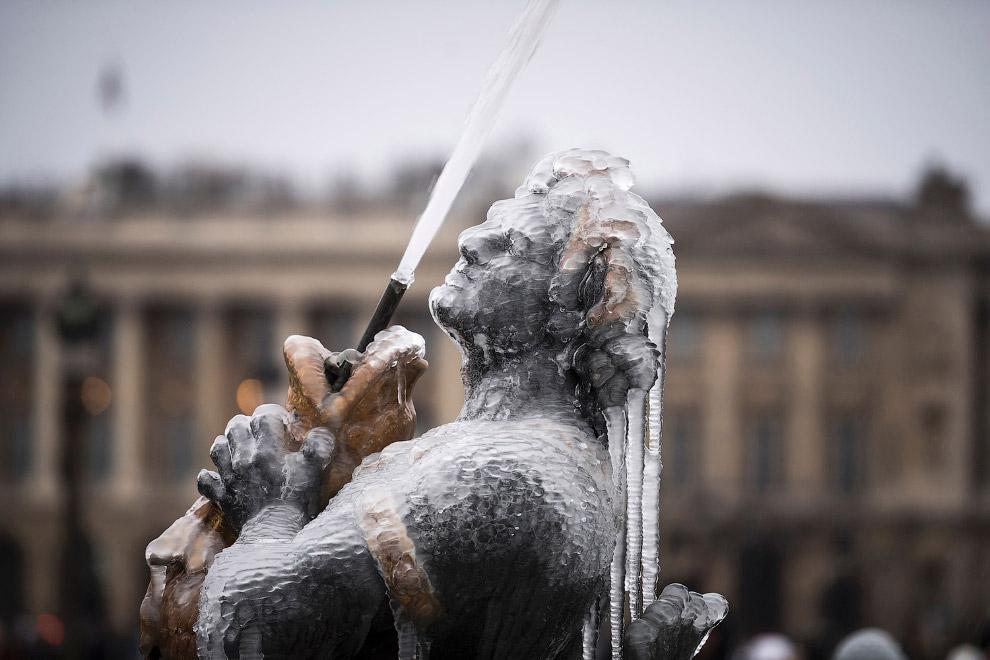 Замерзшая скульптура в фонтане Fontaine des Mers на площади Согласия в Париже