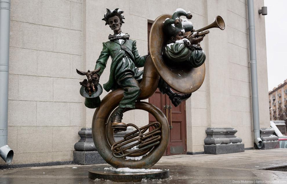 Скульптуры возле цирка.