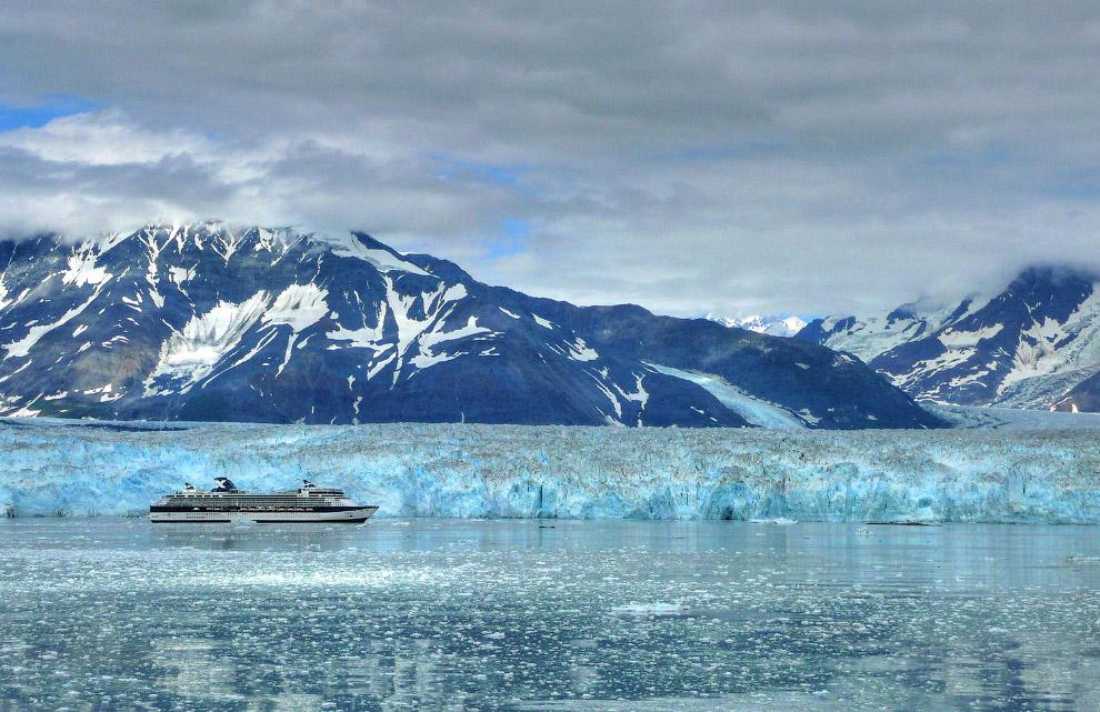 Круизный корабль идет рядом с ледником Хаббарда