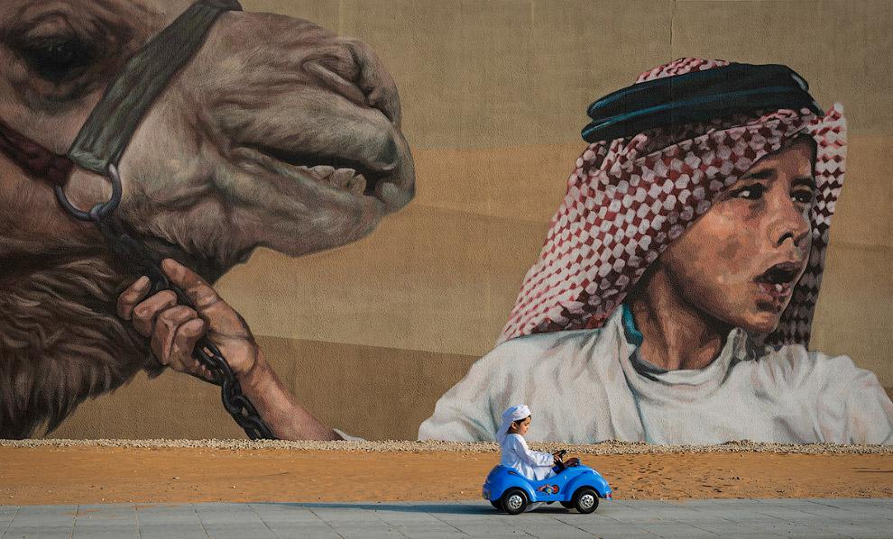 Эмираты: маленький водитель