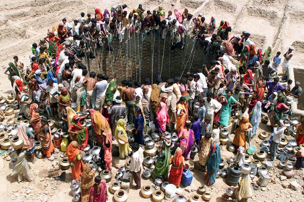Очередь у огромного колодца с водой в индийском штате Гуджарат