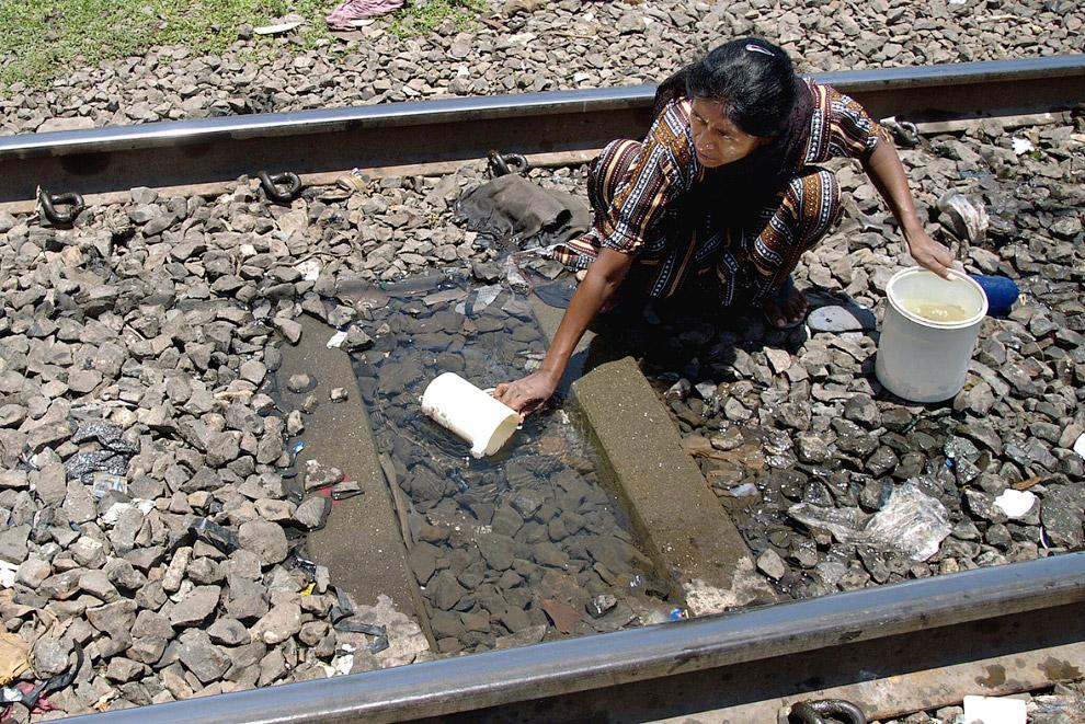 В Мумбаи питьевую воду можно набрать и из лужи. Главное, чтобы поезд не сбил