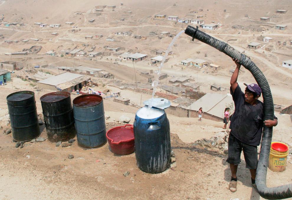 Заполнение бочек водой из автоцистерны, Лима, Перу.