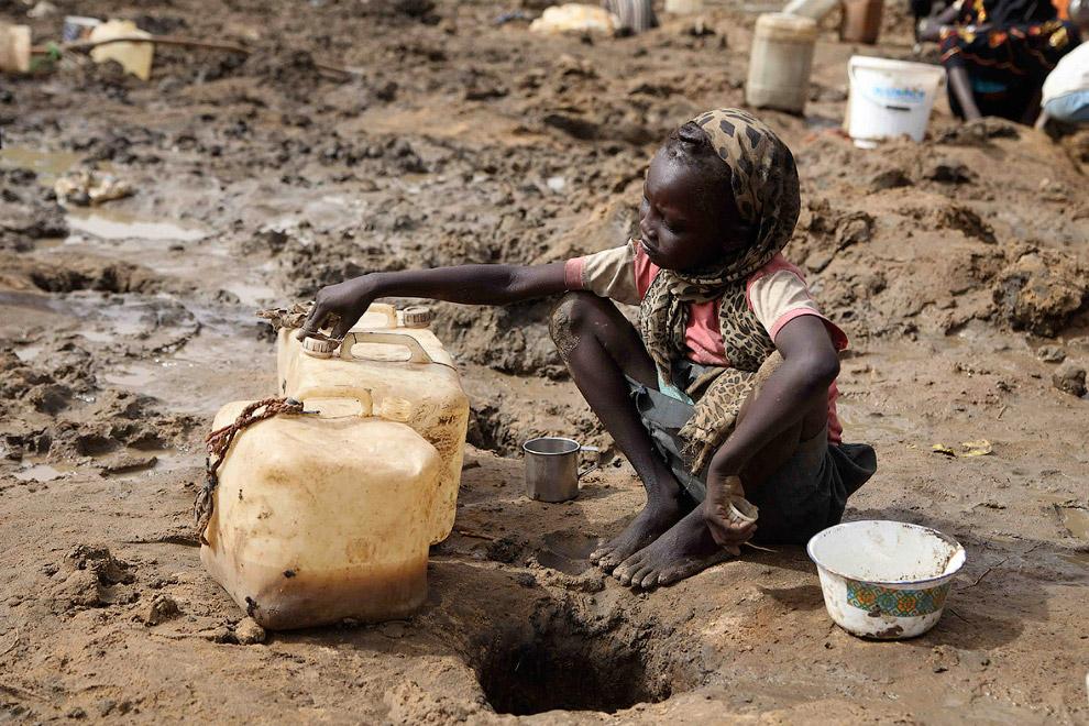 Набрала питьевой воды из ямы, Южный Судан