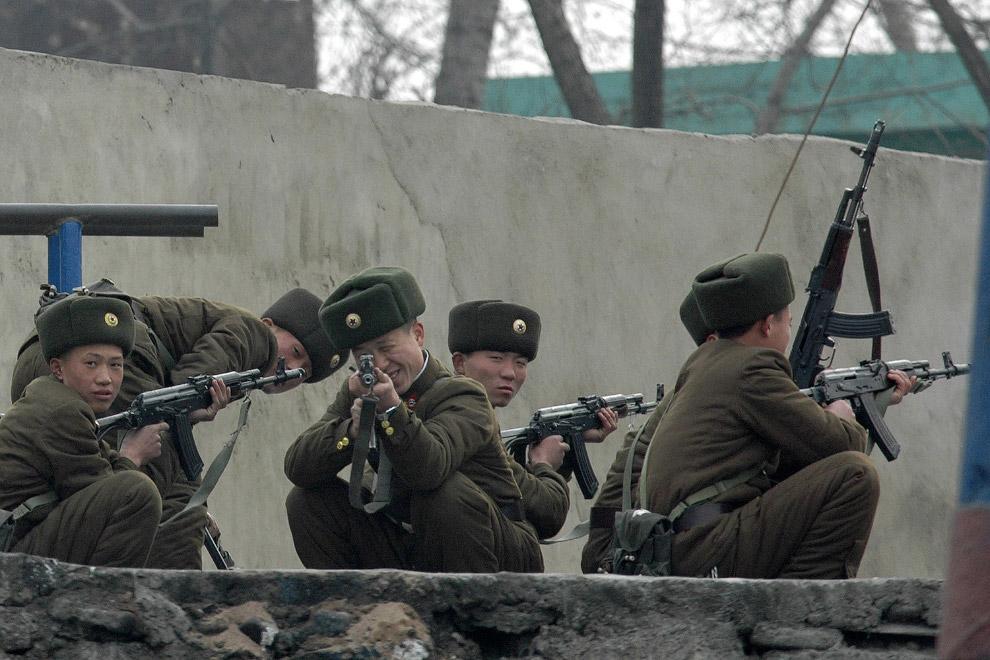 Северокорейские солдаты на границе