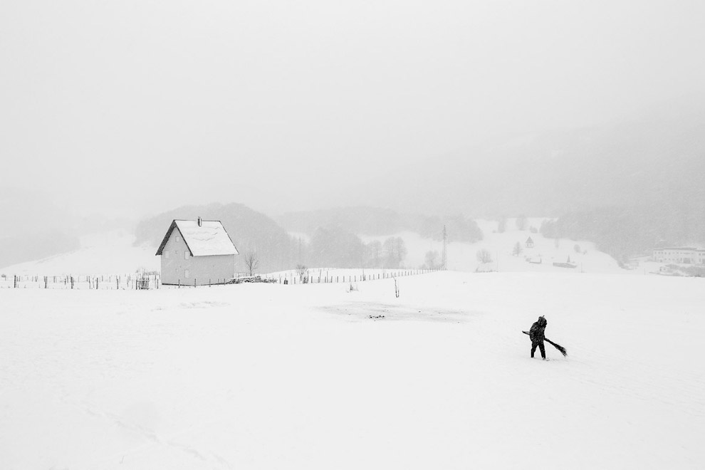 Пастух с веником в северной части Черногории