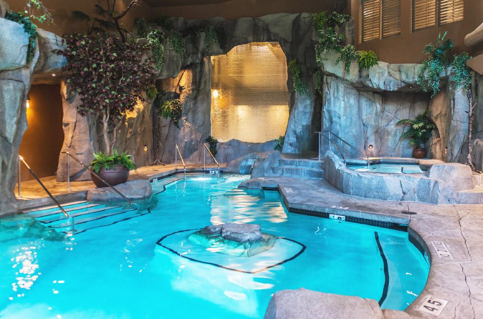 Бассейны и горячие ванны на глубине в пещере в Северной Каролине