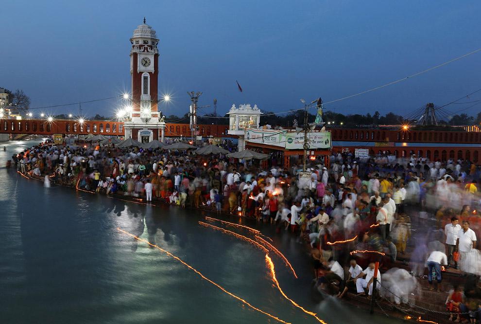 Вечерние молитвы на берегах реки Ганг в Харидваре