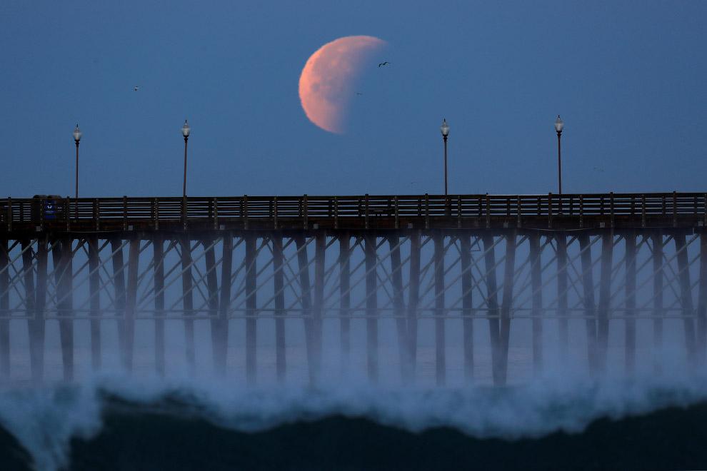 Пирс в Калифорнии и Луна