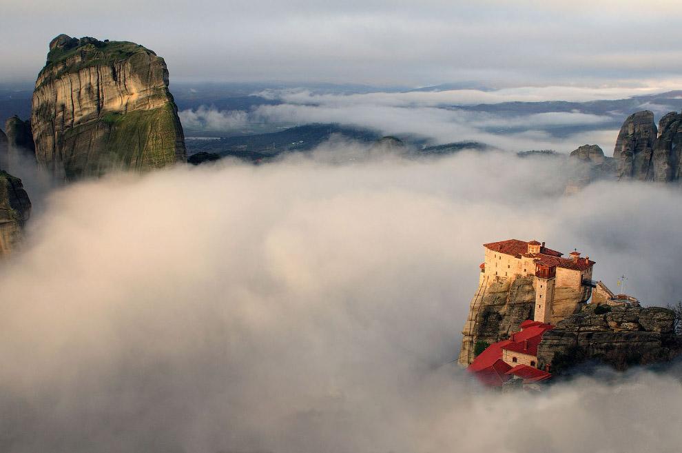 Монастырь Русану возвышается над долиной, заполненной туманом