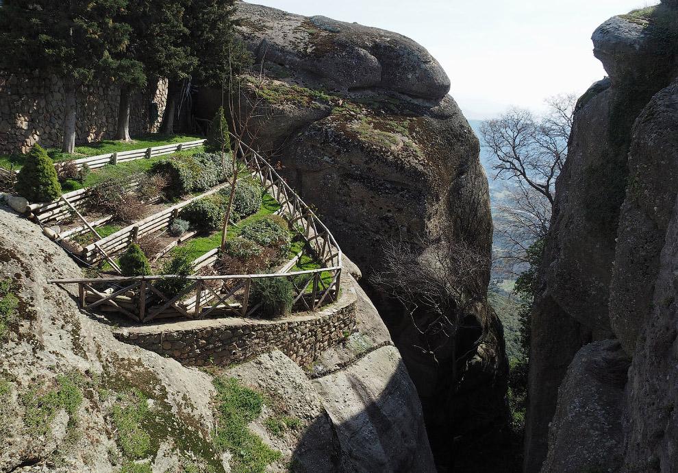 Сад-огород на скале у монастыря Святого Стефана
