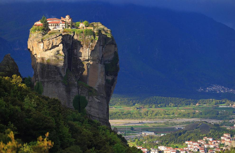 Восходящее солнце освещает монастырь Святой Троицы