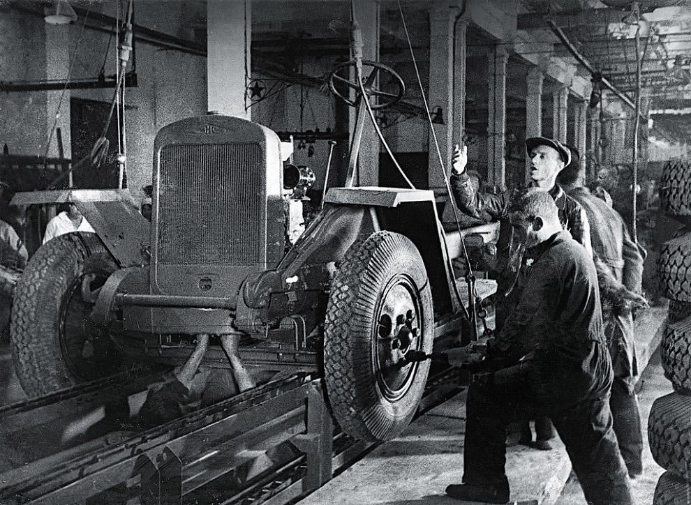 Автозавод (с 14 февраля 1943 г. Уральский автомобильный). Сборка первых автомобилей «ЗИС—5В» (трехтонка).