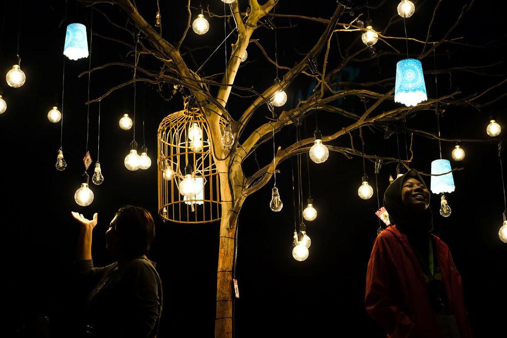 Новогоднее дерево с лампочками по-куала-лумпурски