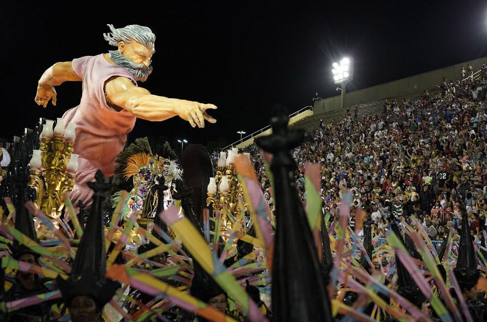 Еще несколько фотографий с карнавала в Рио от разных школ