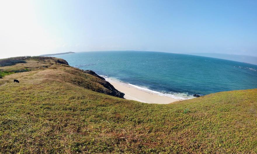 崖の下のプライベートビーチ
