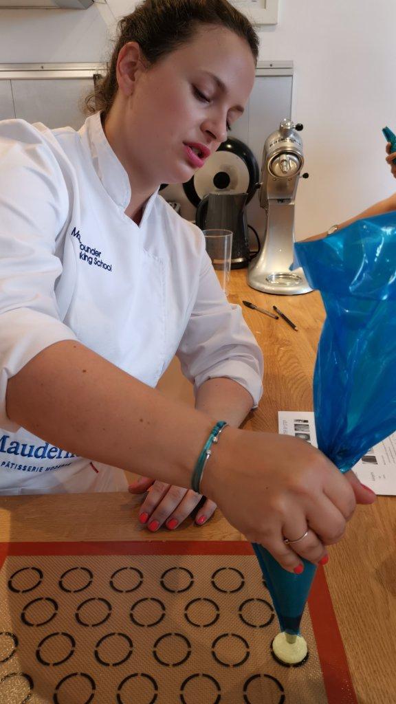 Mauderne Baking Class piping macaron