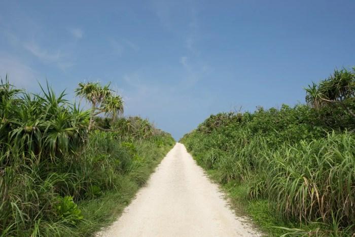 久高島・カベール岬へ続く1本道