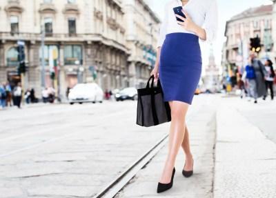 知的なブルーのタイトスカート