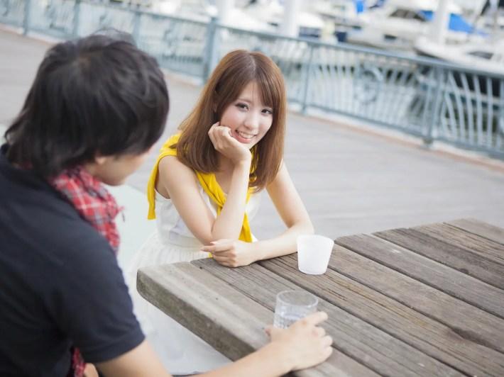 初対面で会話をする男女
