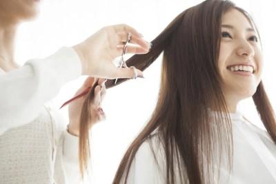 髪型を変える女性