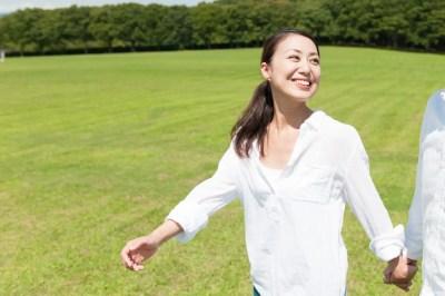 心からの笑顔を見せる女性