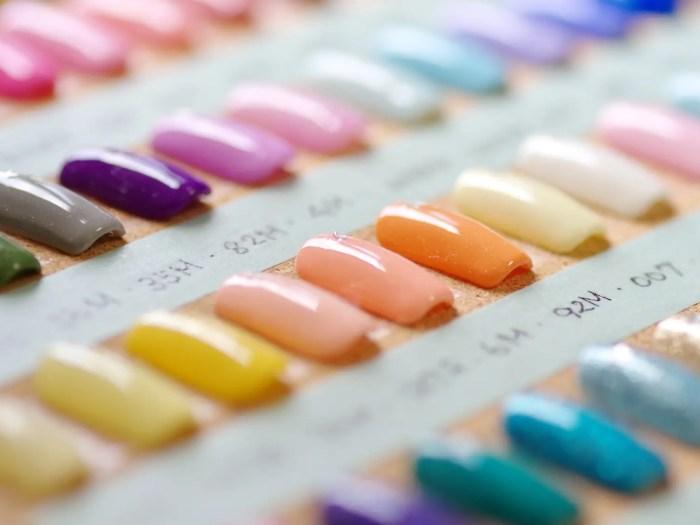 多様カラーやデザインのネイル
