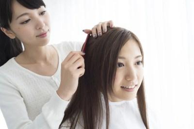 美容師と髪色の相談をする女性