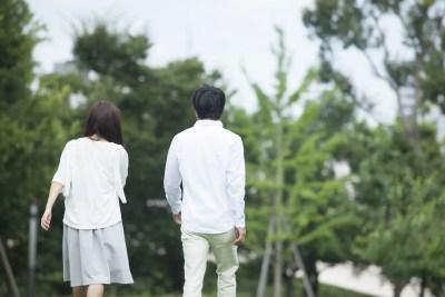 デートで場所を移動するカップル
