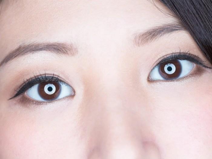 二重瞼の女性