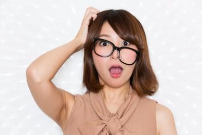 ダテメガネをかけた女性