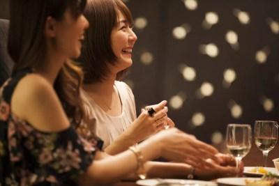 友達と遊びよく笑う女性