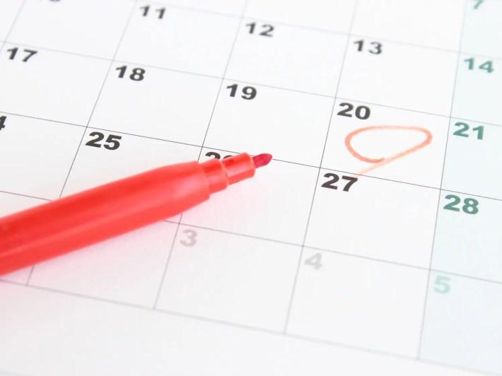 デートの日をカレンダーにチェックしている