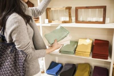 生活雑貨を買う女性