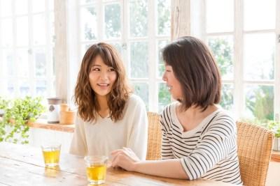 家族に失恋話を打ち明ける女性