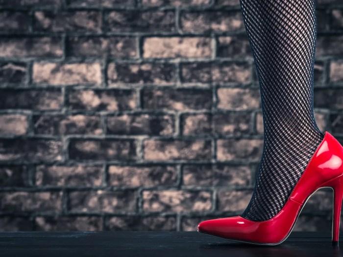 赤いヒールを履く色気のある女性