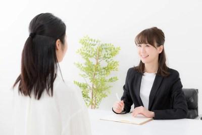 弁護士に離婚相談をする女性